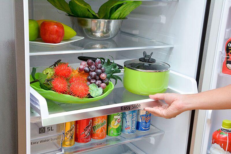 Ngăn kéo Easy Slide của tủ lạnh Samsung RT38FEAKDSL được đặt trên thanh trượt nhẹ