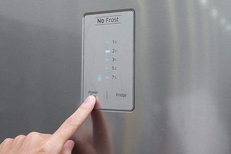 Bảng điều khiển cảm ứng chạm giúp bạn chỉnh tủ lạnh nhanh chóng