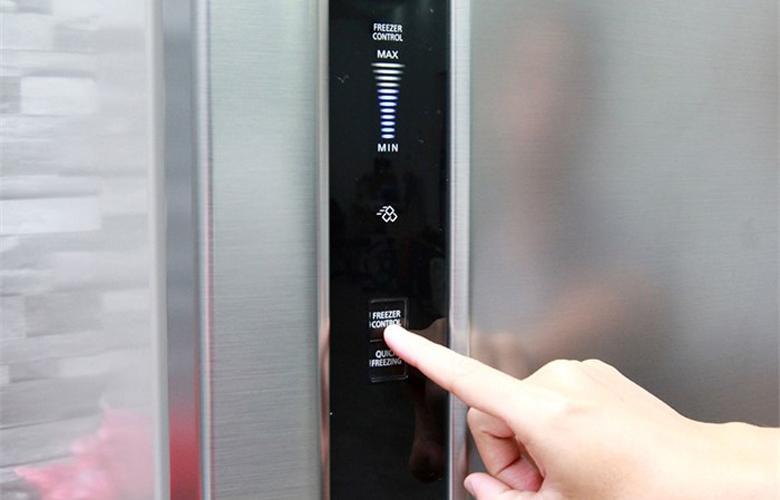 Bảng điều khiển bên ngoài cửa tủ