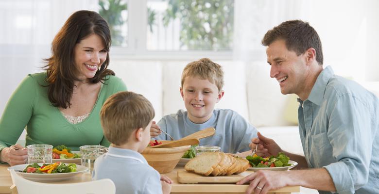 Tủ lạnh là trợ thủ đắc lực của người nội trợ trong các bữa ăn gia đình