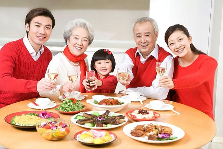 Tủ lạnh có dung tích 322 lít, phù hợp với gia đình có từ 5-6 thành viên