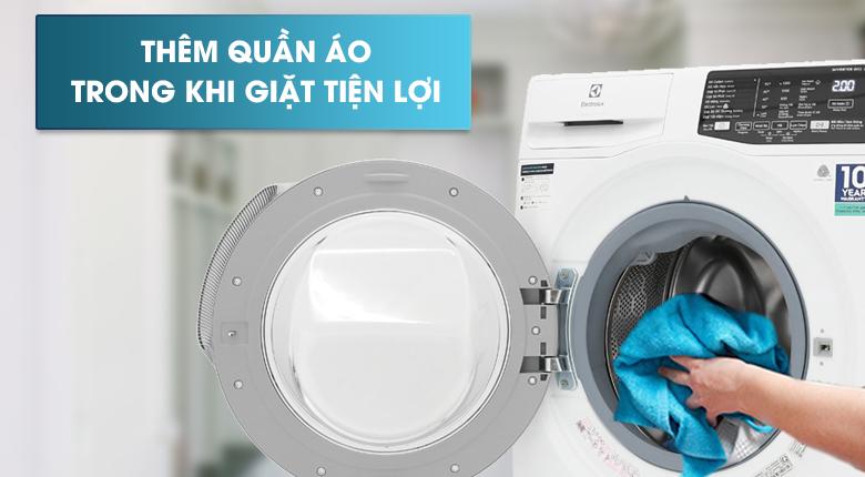 Thêm quần áo khi giặt - Máy giặt Electrolux Inverter 8 kg EWF8025CQWA