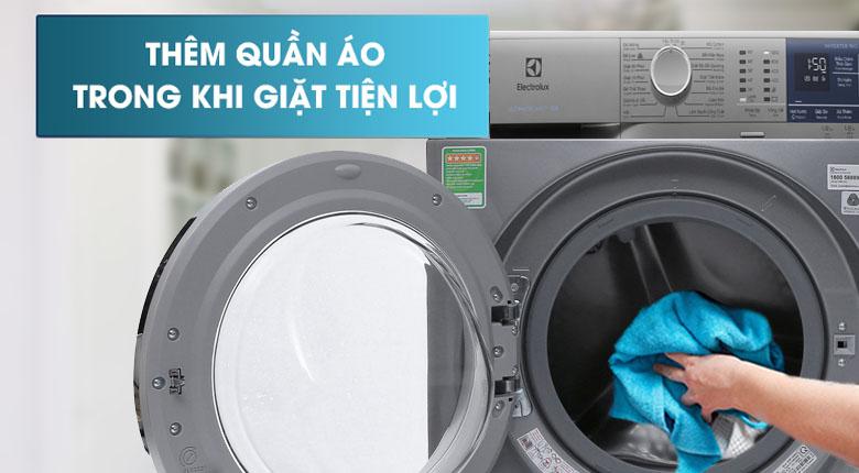 Thêm quần áo khi giặt - Máy giặt Electrolux Inverter 9 kg EWF9024ADSA