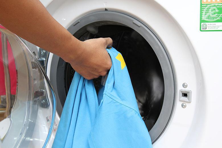 Lồng giặt lớn và thiết kế cửa trước hiện đại