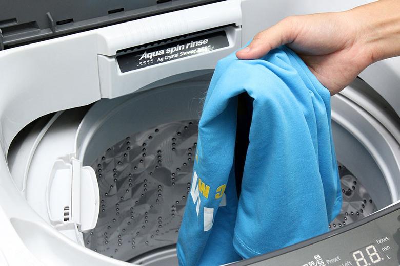 Tốc độ quay vắt 700 vòng/phút giúp quần áo nhanh khô hơn sau khi giặt