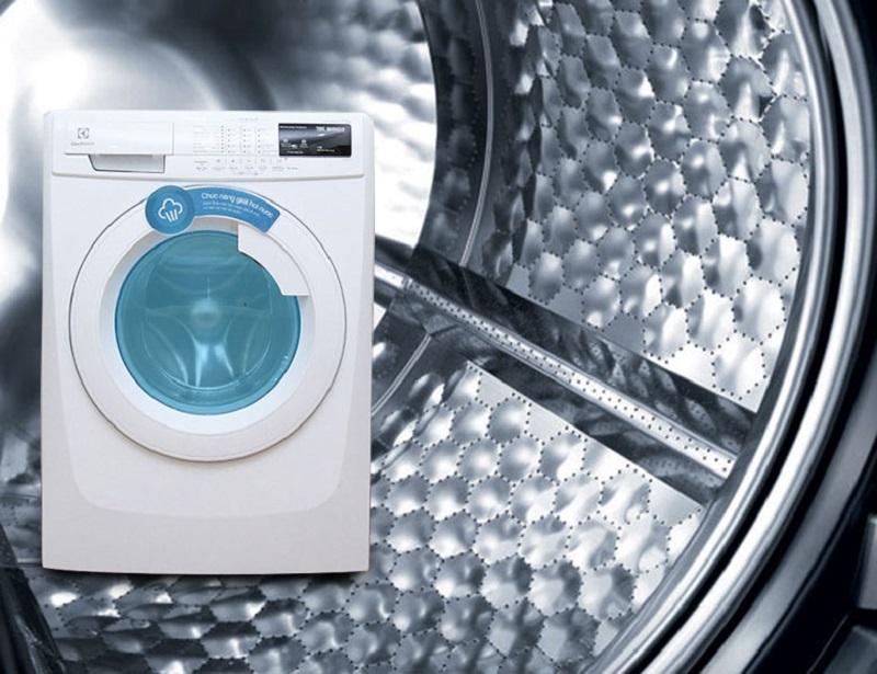 Với lồng giặt HIVE tổ ong, máy giặt Electrolux EWF10744 có thể hạn chế sự mòn xước quần áo