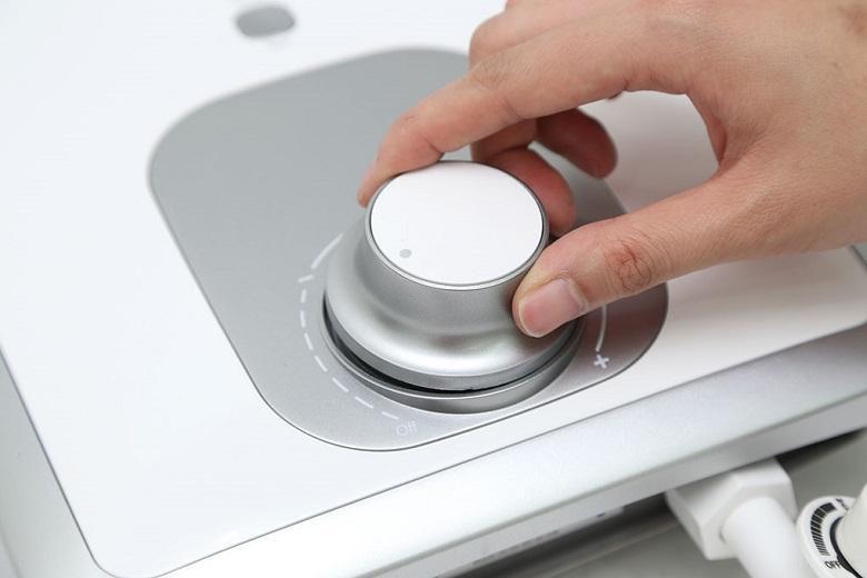 Xoay núm điều chỉnh nhiệt độ để thay đổi nhiệt độ dòng nước