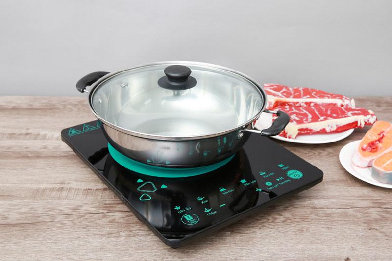 Bếp được tặng kèm chảo lẩu đường kính 28 cm có 2 đáy - Bếp từ Midea MI-T2120DD