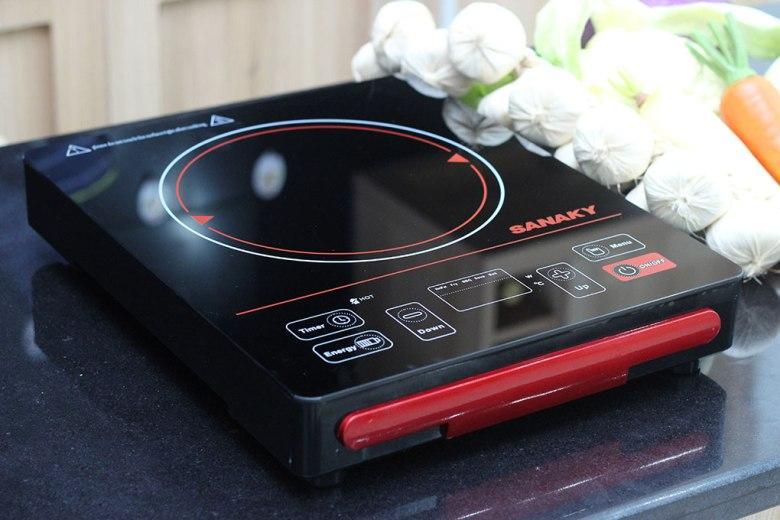 Mặt bếp được thiết kế bằng kính cường lực, chịu nhiệt tốt