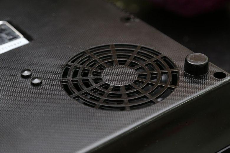 Quạt tản nhiệt phía dưới bếp