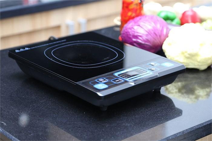 Thiết kế sang trọng và đẹp mắt với chất liệu mặt bếp bằng thủy tinh cao cấp