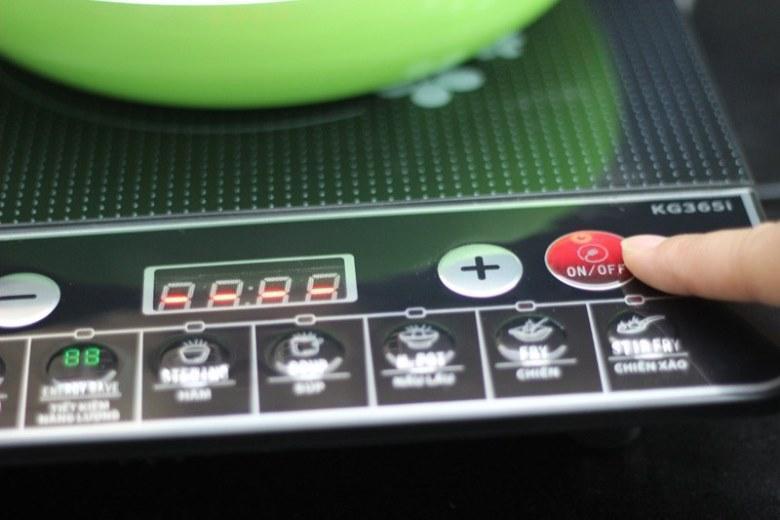 Nhấn nút để bật bếp và chọn chế độ nấu phù hợp