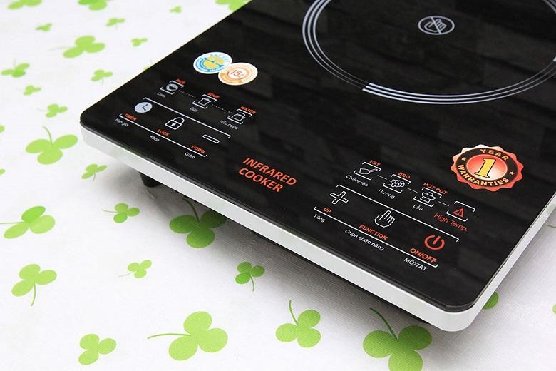 Bảng điểu khiển cảm ứng hiện đại với các phím chức năng bố trí rõ ràng và hướng dẫn tiếng Việt dễ sử dụng