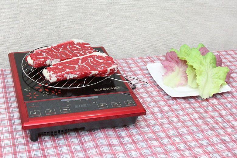 Sử dụng thêm vỉ nướng để nướng thịt, rau củ trên bếp nhanh, tiện hơn