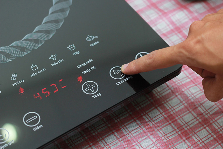 Bảng điều khiển đơn giản tiện dụng, có màn hình hiển thị 4 chữ số