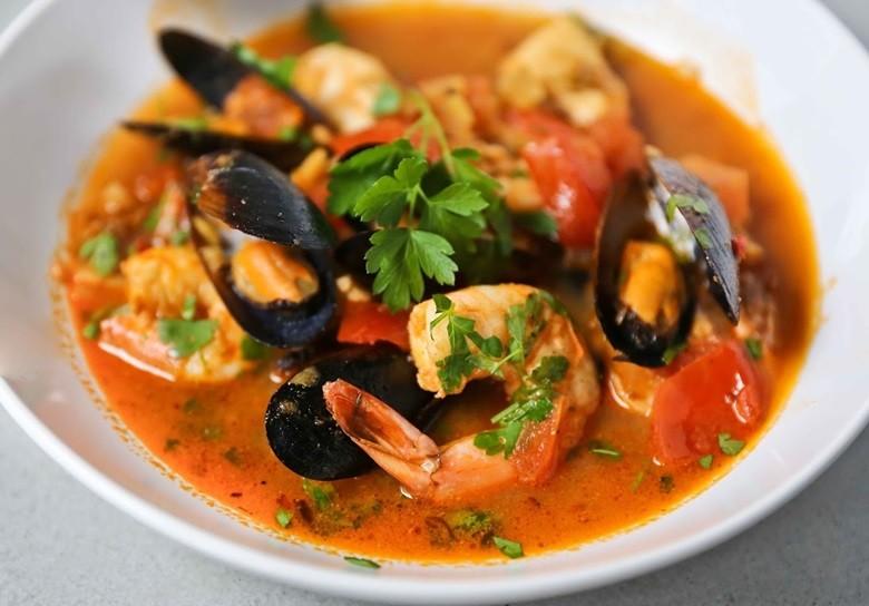 Nấu súp hải sản siêu ngon với bếp điện từ Midea MI-B2015DE
