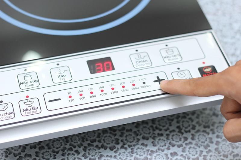Có công suất 2000 W truyền nhiệt tốt - Bếp từ Midea MI-B2015DE