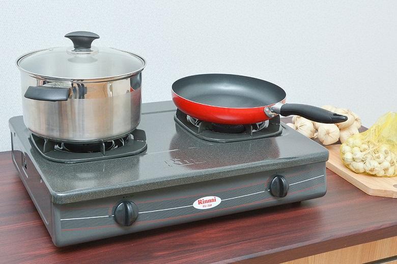 Thiết kế gọn gàng với mặt bếp phủ men chống dính, dễ vệ sinh