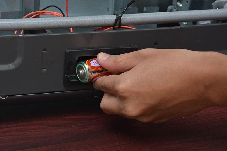 Đánh lửa IC hoạt động nhờ pin 1.5V tạo ra tia cháy cực nhanh.