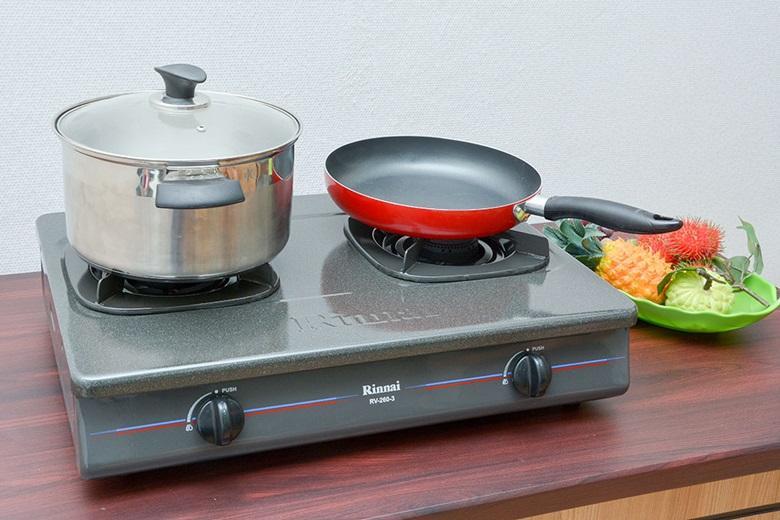 Mặt bếp làm bằng thép phủ lớp men chống dính