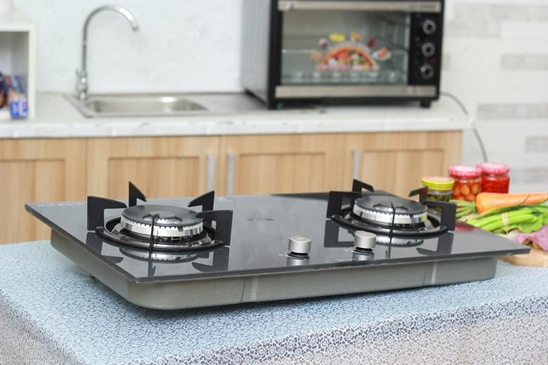 Mặt bếp bằng kính chịu nhiệt sáng bóng, đẹp mắt