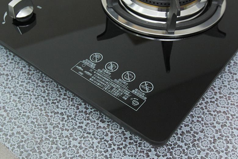 Bề mặt bếp làm bằng kính cường lực