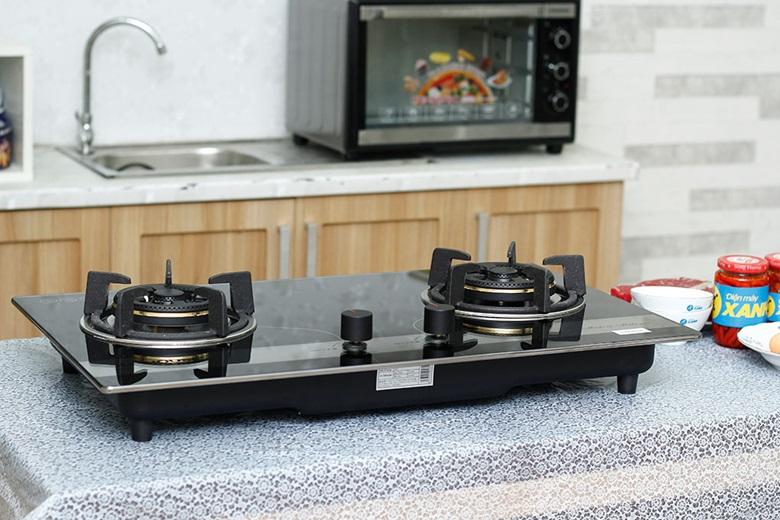 Thiết kế bếp gas âm hiện đại, màu đen trắng sang trọng