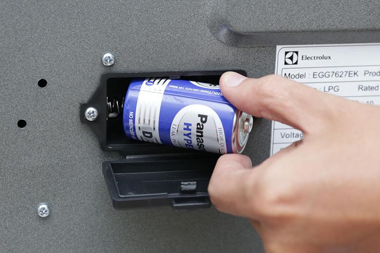 Bếp gas âm Electrolux EGG7627EK – Dễ thay pin khi sử dụng