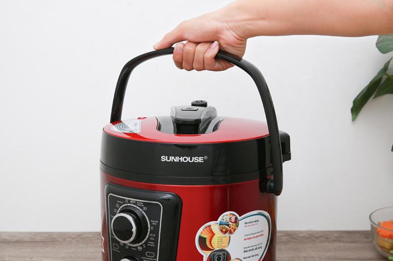 Tay xách tiện lợi - Nồi áp suất điện đa năng Sunhouse SHD1669