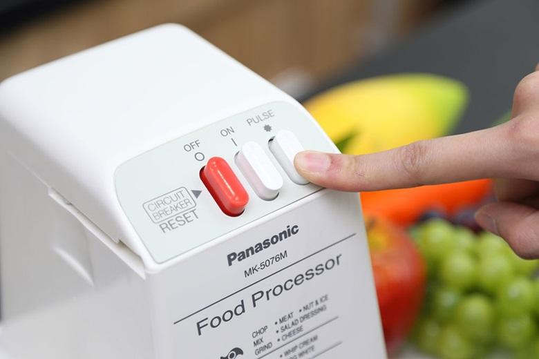 Máy xay sinh tố đa năng Panasonic MK-5076MWRA – Nhấn nút nhồi khi cần nhồi thực phẩm
