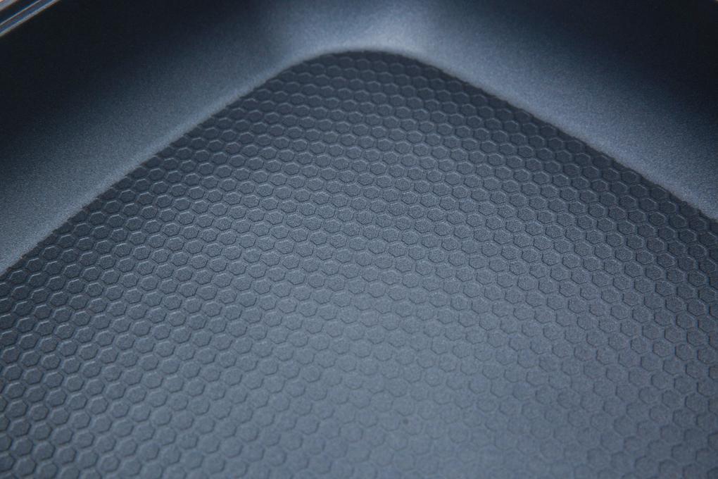 Lòng nồi làm bằng chất liệu hợp kim nhôm phủ lớp chống dính - Nồi lẩu điện Supor H30FK802VN-136 5 lít