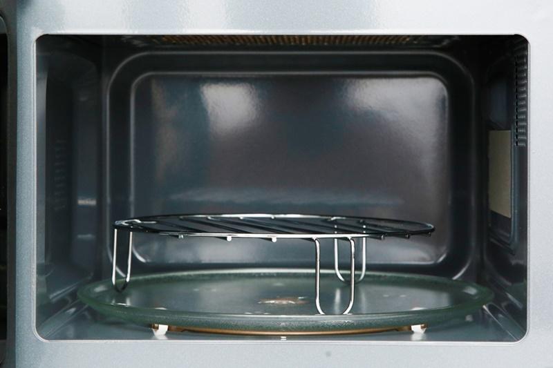 Đi kèm lò có vòng xoay, đĩa thủy tinh, giá nướng - Lò vi sóng Electrolux EMG20K38GWP 20 lít
