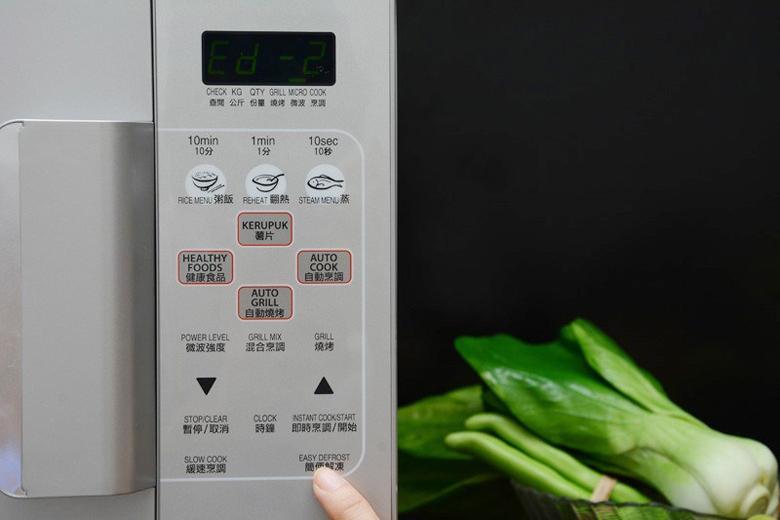 Nhấn nút Easy Defrost để rã đông nhanh tùy theo loại thực phẩm