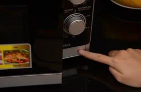 Cửa lò thiết kế nút ấn mở dễ thao tác