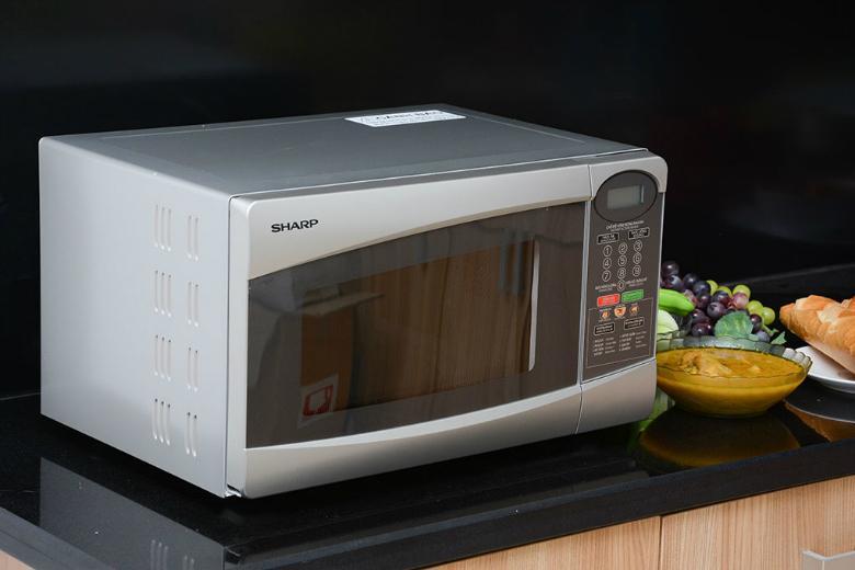 Lò vi sóng có thiết kế nhỏ gọn, hiện đại sẽ mang đến vẻ hài hòa cho gian bếp