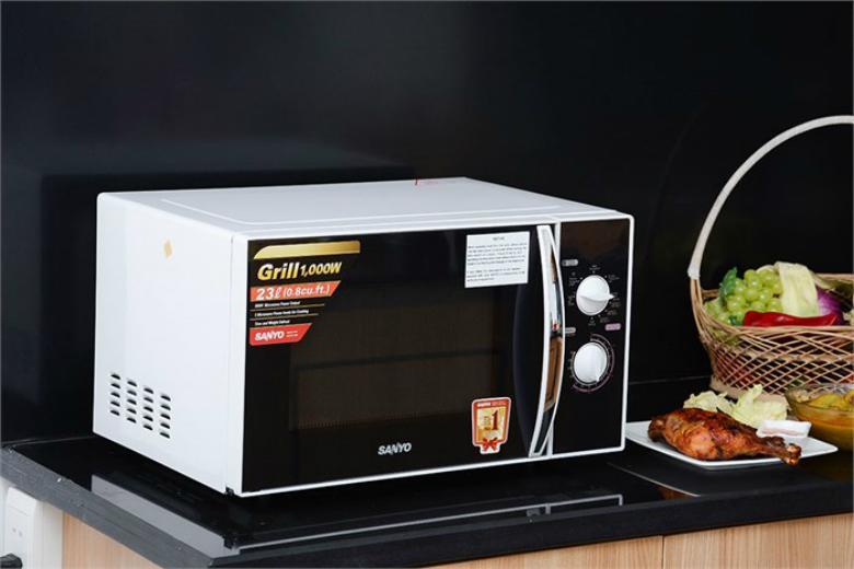 Lò vi sóng có thiết kế hiện đại và nổi bật trong không gian bếp