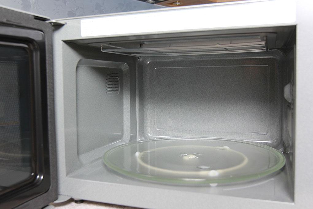 Khoang lò rộng, phẳng, dễ vệ sinh. Đĩa xoay đường kính lớn lên đến 340 mm