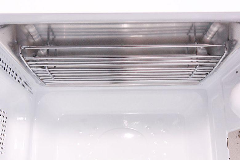 Khoang lò không bám dầu mỡ, dễ vệ sinh