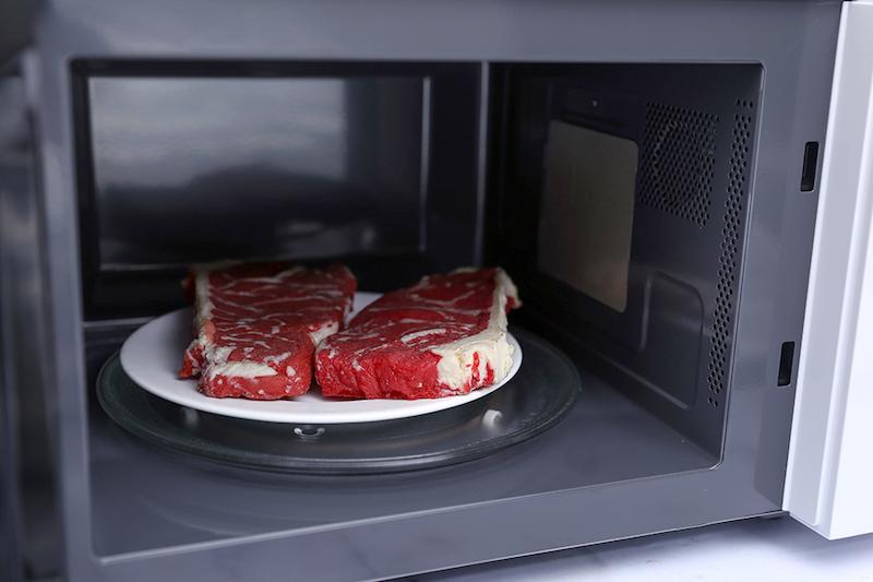 Dĩa xoay tròn trong lò giúp thức ăn được chín nhanh, đều hơn