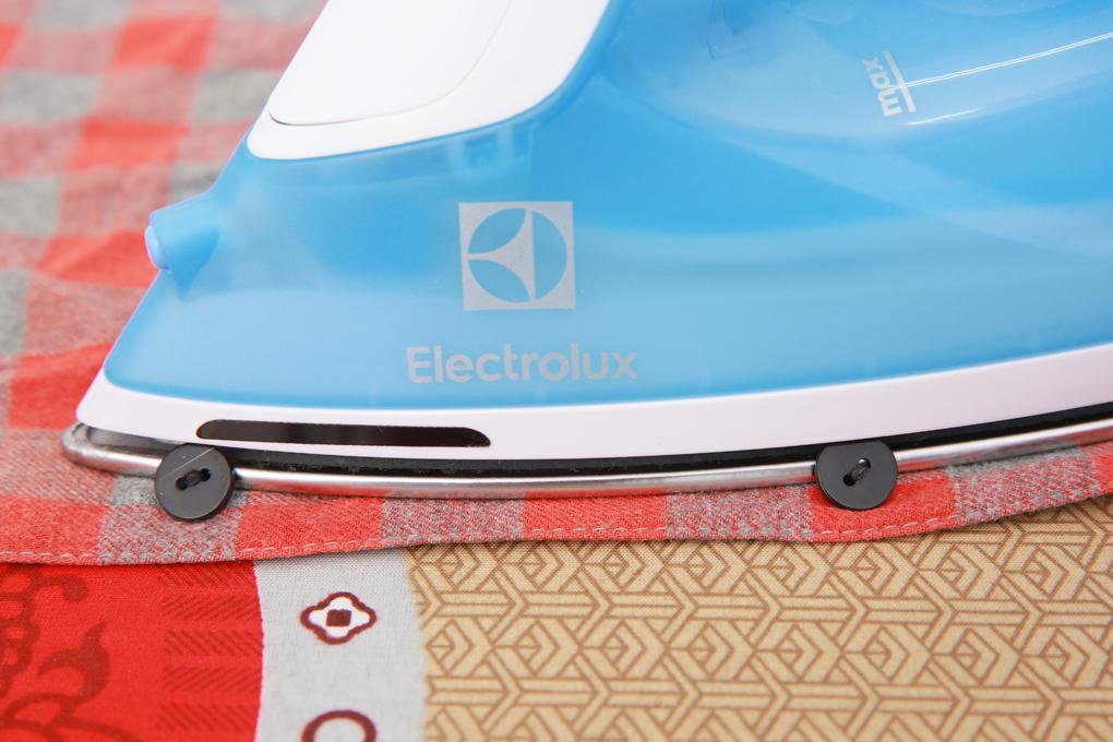 Đường rãnh cúc, mũi nhọn giúp bàn ủi len lỏi vào các khu vực khó ủi dễ dàng - Bàn ủi hơi nước Electrolux ESI4017