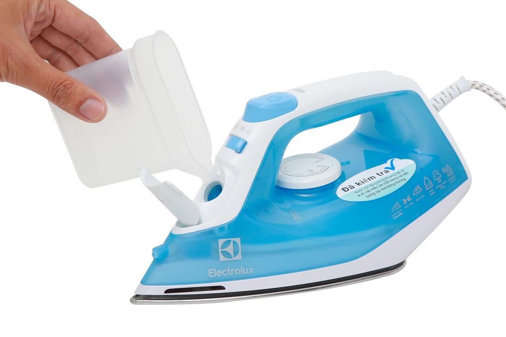 Lỗ châm thiết kế ở đầu mũi bàn ủi giúp việc châm nước tiện lợi hơn - Bàn ủi hơi nước Electrolux ESI4017