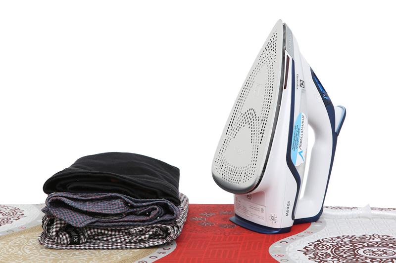 Tự ngắt khi không di chuyển - Bàn ủi hơi nước Electrolux ESI6123