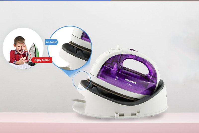 Có đế nguồn thiết kế nghiêng 20 độ - Bàn ủi hơi nước Panasonic NI-WL30VRA
