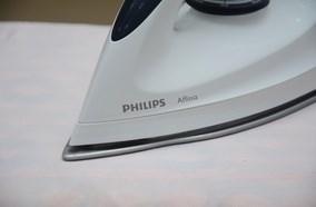 Thiết kế thông minh với mũi bàn ủi nhọn dễ dàng ủi thẳng vùng khó ủi