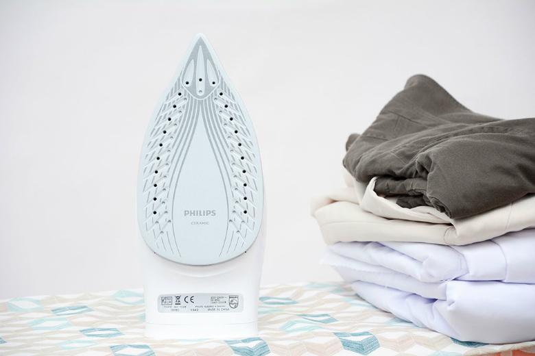 Mặt đế làm bằng chất liệu ceramic cao cấp giúp lướt êm hơn trên quần áo