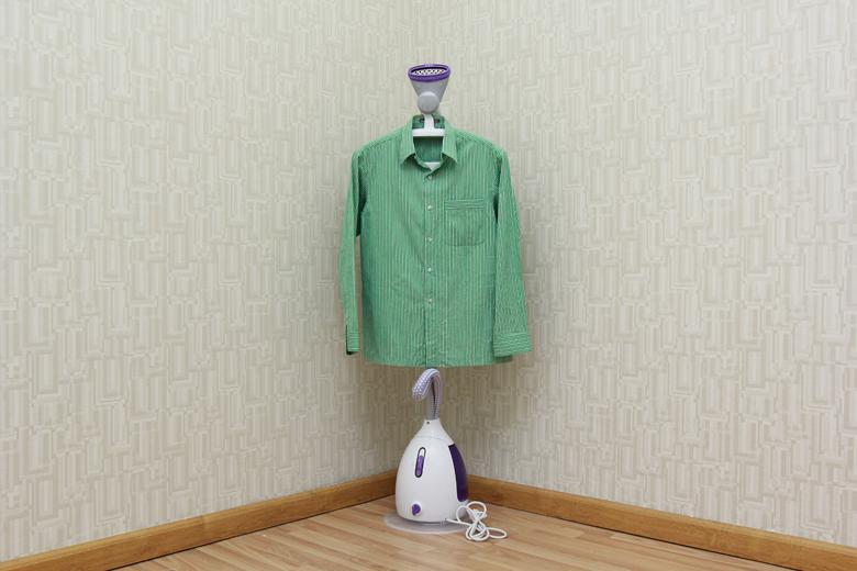 Treo quần áo lên móc treo đính kèm để ủi