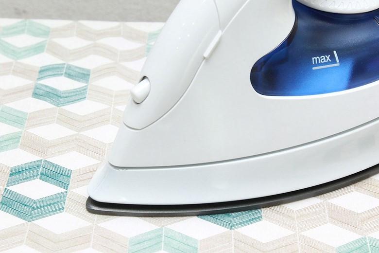 Bàn ủi hơi nước Hitachi SI-1650 - Mũi bàn ủi nhọn và thiết kế đường rãnh cúc 2 bên