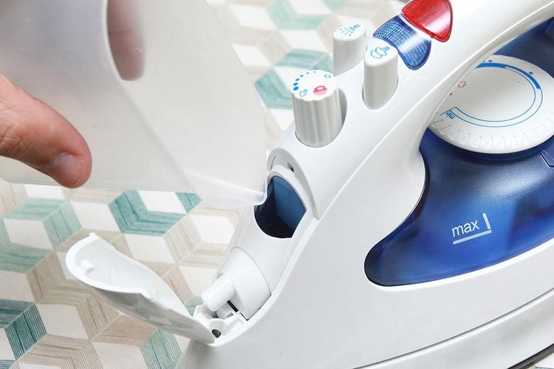 Bàn ủi hơi nước Hitachi SI-1650 - Miệng bình lớn tiện lợi hơn khi châm nước