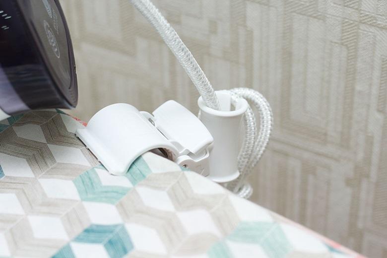 Sử dụng chốt gắn cố định dây điện khi ủi đồ