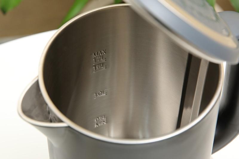 Thân bình 2 lớp cách nhiệt, ruột bình bằng inox 304 sáng bóng - Bình đun siêu tốc Sharp 1.7 lít EKJ-17EVPS-BK